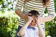 Mother covering son's eyes - VABF000538