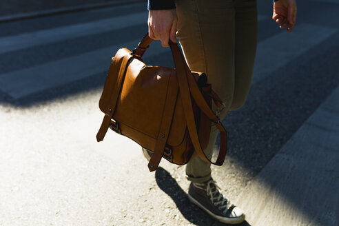 Woman carrying leather bag, partial view - BOYF000393