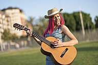 Young woman with hat playing guitar - JASF000818