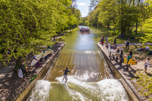Germany, Thalkirchen, surfing on Isar River - WD003673