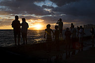 USA, Hawaii, Oahu, people watching sundown at Waikiki Beach - NG000356