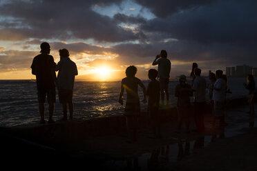 USA, Hawaii, Oahu, people watching sundown at Waikiki Beach - NG000356