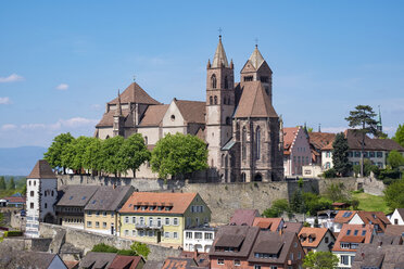 Germany, Baden-Wuerttemberg, Breisach, Old town, View to Breisach Minster - ELF001766