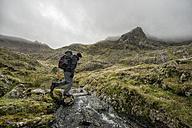 UK, North Wales, Snowdonia, Cwm Glas, Garnedd Ugain, Clogwyn y Parson, hiker - ALRF000524