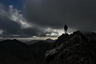 UK, North Wales, Snowdonia, Cwm Glas, Garnedd Ugain, Clogwyn y Parson, mountaineer - ALRF000530