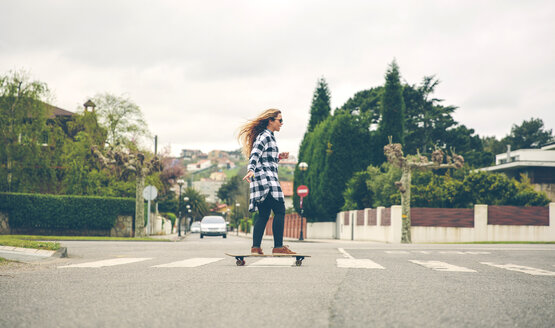 Young woman skateboarding on the street - DAPF000126