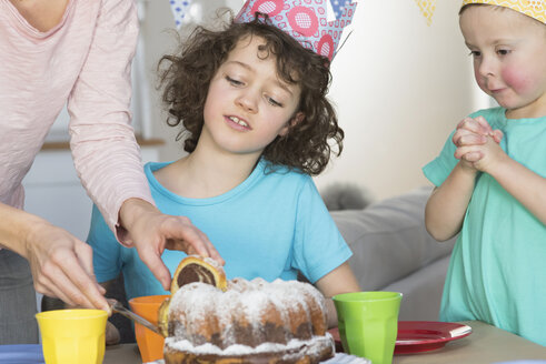 Girl's birthday party with cake - NHF001503