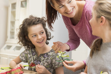 Mother and daughters tinkering - NHF001521