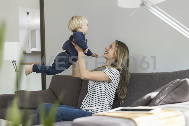 Mother and son at home playing on couch - SBOF000113 - Steve Brookland/Westend61