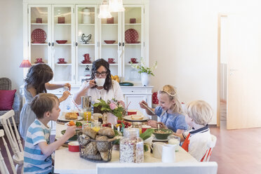 Mother and four children having breakfast - MJF001833