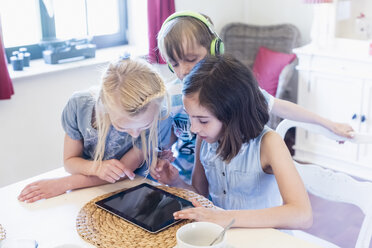 Children sharing mobile devices - MJF001878