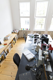 Workspace in empty office - FKF001836