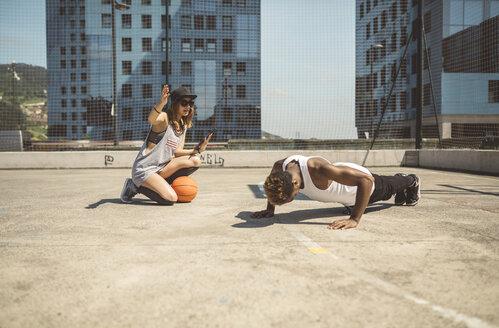 Young woman coaching young man, doing push ups - DAPF000164