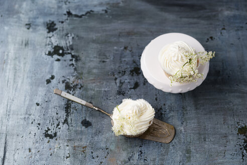 Two cupcakes with elderflower creme - MYF001554