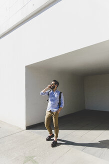 Young man with sunglasses telephoning with smartphone - FMOF000011