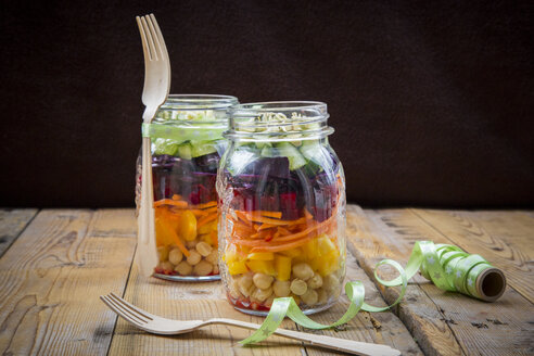 Two glasses of rainbow salad with chick-peas and different vegetables - LVF004969
