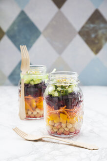 Two glasses of rainbow salad with chick-peas and different vegetables - LVF004975