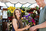 Man gifting flowers to his girlfriend - VABF000602