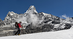 Nepal, Himalaya, Solo Khumbu, Ama Dablam, man trekking - ALRF000633