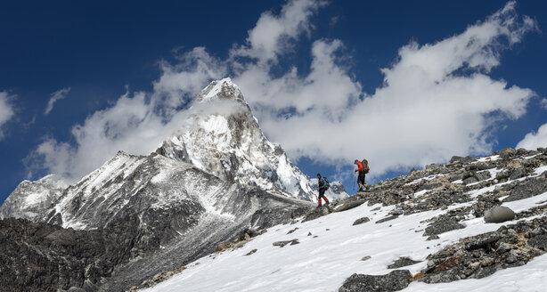 Nepal, Himalaya, Solo Khumbu, Ama Dablam, two men trekking - ALRF000636