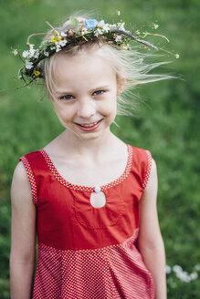 Portrait of smiling girl wearing flower wreath - MJF001931
