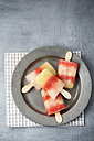 Plate of different homemade melon ice lollies - MYF001591