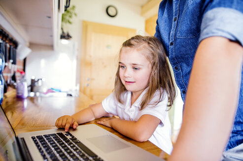 Father and daughter using laptop at home - HAPF000529