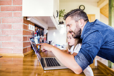 Father and daughter using laptop at home - HAPF000532