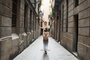 Young tourist discovering streets of Barcelona - VABF000632