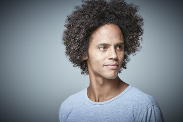 Portrait of relaxed man with afro - RHF001681