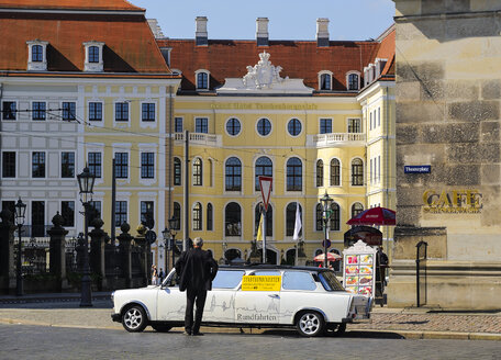 Germany, Saxony, Dresden, city tour, trabant in front of Grand Hotel, Taschenbergpalais next to Cafe Schinkelwache on Theatre square - BT000402