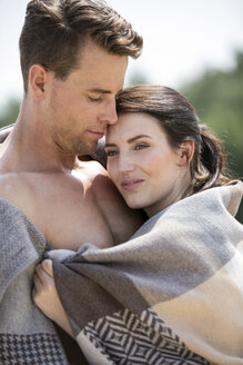 Couple wrapped in a blanket - GDF001032