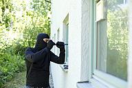Burglar with crowbar breaking window - MAEF011860