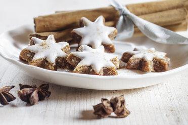 Home-baked Christmas cookies, cinnamon stars, star anise - SBDF002993