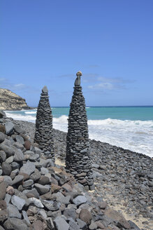 Spain, Fuerteventura, two stone sculptures at the beach, Playa de Butihondo - AXF000784