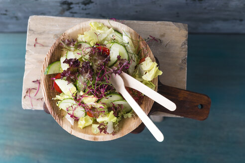 Salat, vegan, cucumber, tomato, rock chives on wooden plate and - MYF001677