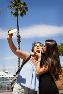 Spain, Barcelomna, two best friends taking selfie with smartphone - VABF000656
