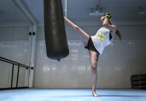 Young woman kickboxing in gym - MGOF002018