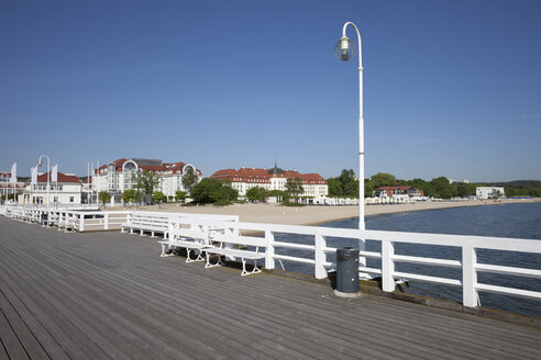 Poland, Pomerania, pier in resort town of Sopot at Baltic Sea - ABOF000096