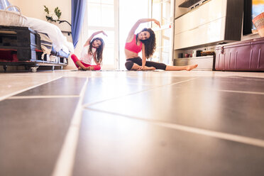 Sisters doing yoga at home - SIPF000633
