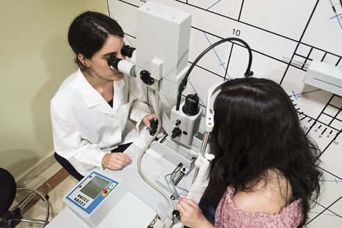 Ophthalmologist examining eyesight of a patient in an ophthalmic clinic - ABZF000796