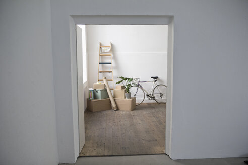 Moving house, view through door of cardboard boxes and ladder - RBF004671