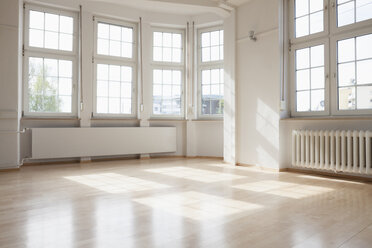 Bright empty apartment - RBF004702