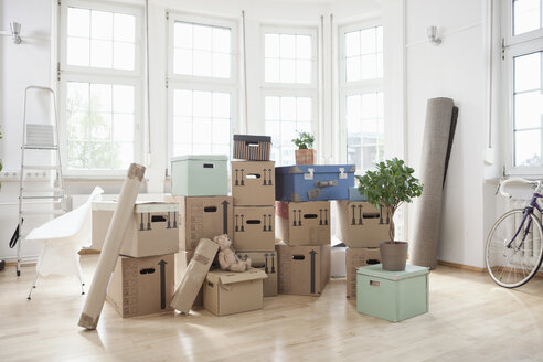 Stack of cardboard boxes in empty apartment - RBF004720