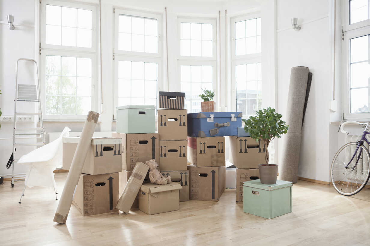 Stack of cardboard boxes in empty apartment - RBF004720 - Rainer Berg/Westend61