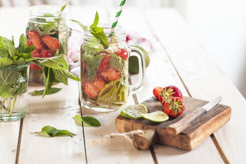 Vitamin water, detox water, infused water, limes, strawberries, mint - SBDF003002