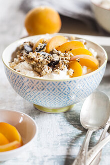 Yogurt with crunchy muesli and fresh apricot - SBDF003011