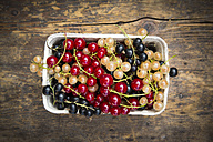 Cardboard box with mix of black, red and white currants - LVF005110