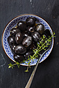 Black olives in bowl with thyme - SBDF003035