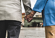 Back view of senior couple holding hands, close-up - UUF008064